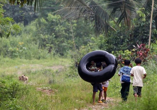 perjalanan-siswa-ke-sekolah-dari-berbagai-negara-berat-dan-mengerikan-termasuk-indonesia18